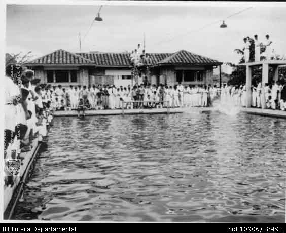 Foto mult piscina colegio santa librada estudiantes for Piscina jose garces