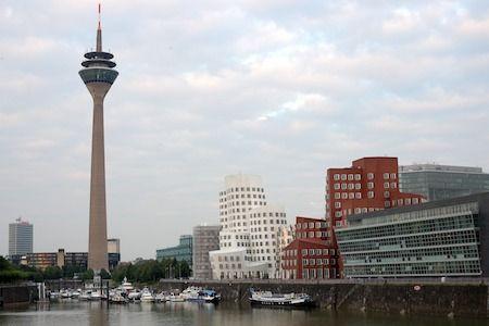 Funky Gehry buildings in Düsseldorf near Rheinturm.  Erikoisen näköisiä Gehryn suunnittelemia rakennuksia Düsseldorfissa lähellä Rheinturm-tornia