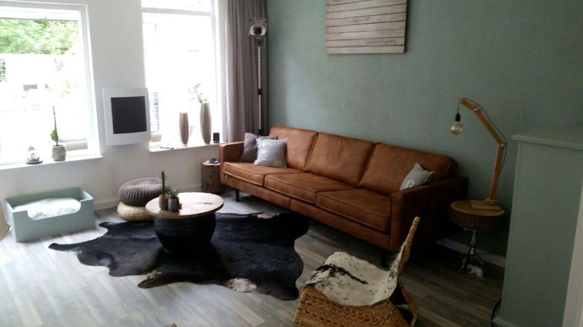 Flexa early dew op de muur met daarvoor de leren cognac for Cognac kleur combineren interieur