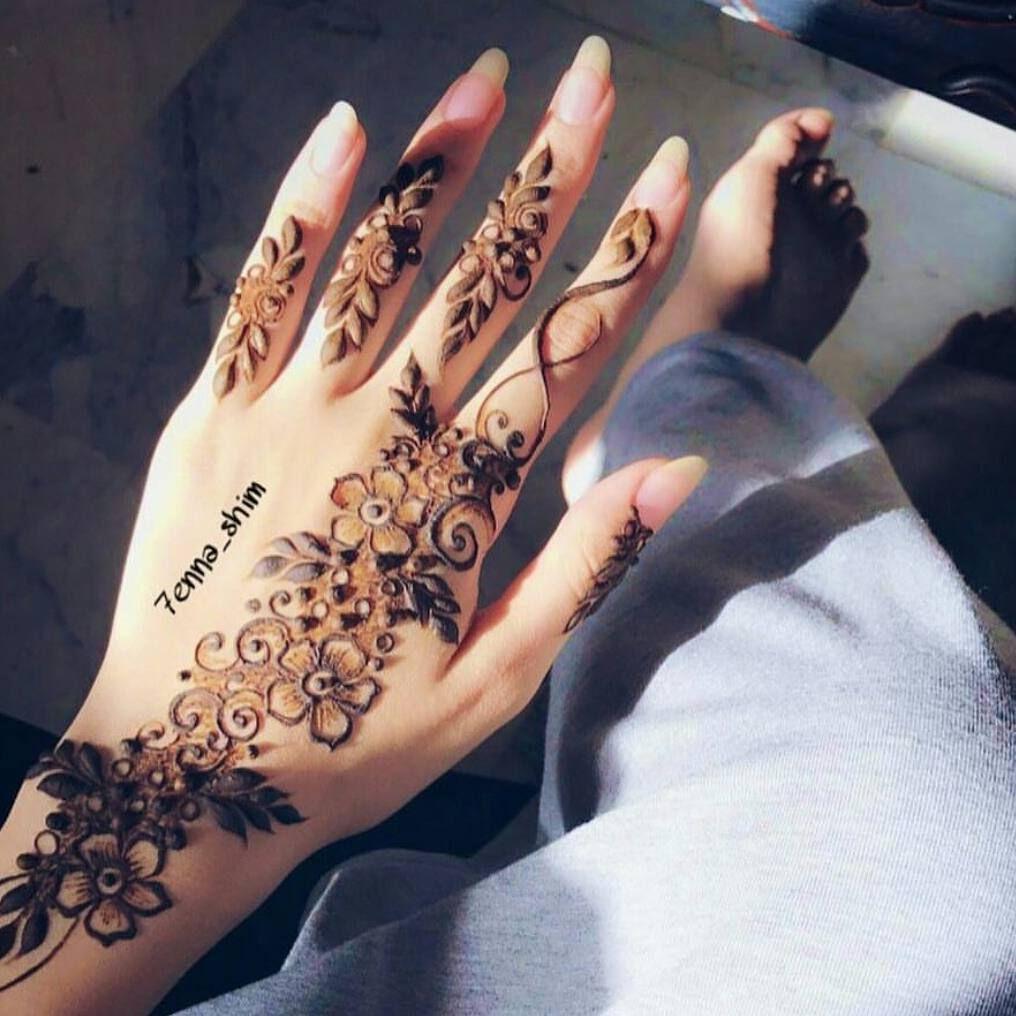 الله یسعد من حط لایک 7enna Shim اكتبي اسم من اسماء الله الحسنى لعل الله يفرج به همك بنات عندها مسابقات اسبوعي Finger Henna Latest Mehndi Designs Henna Designs
