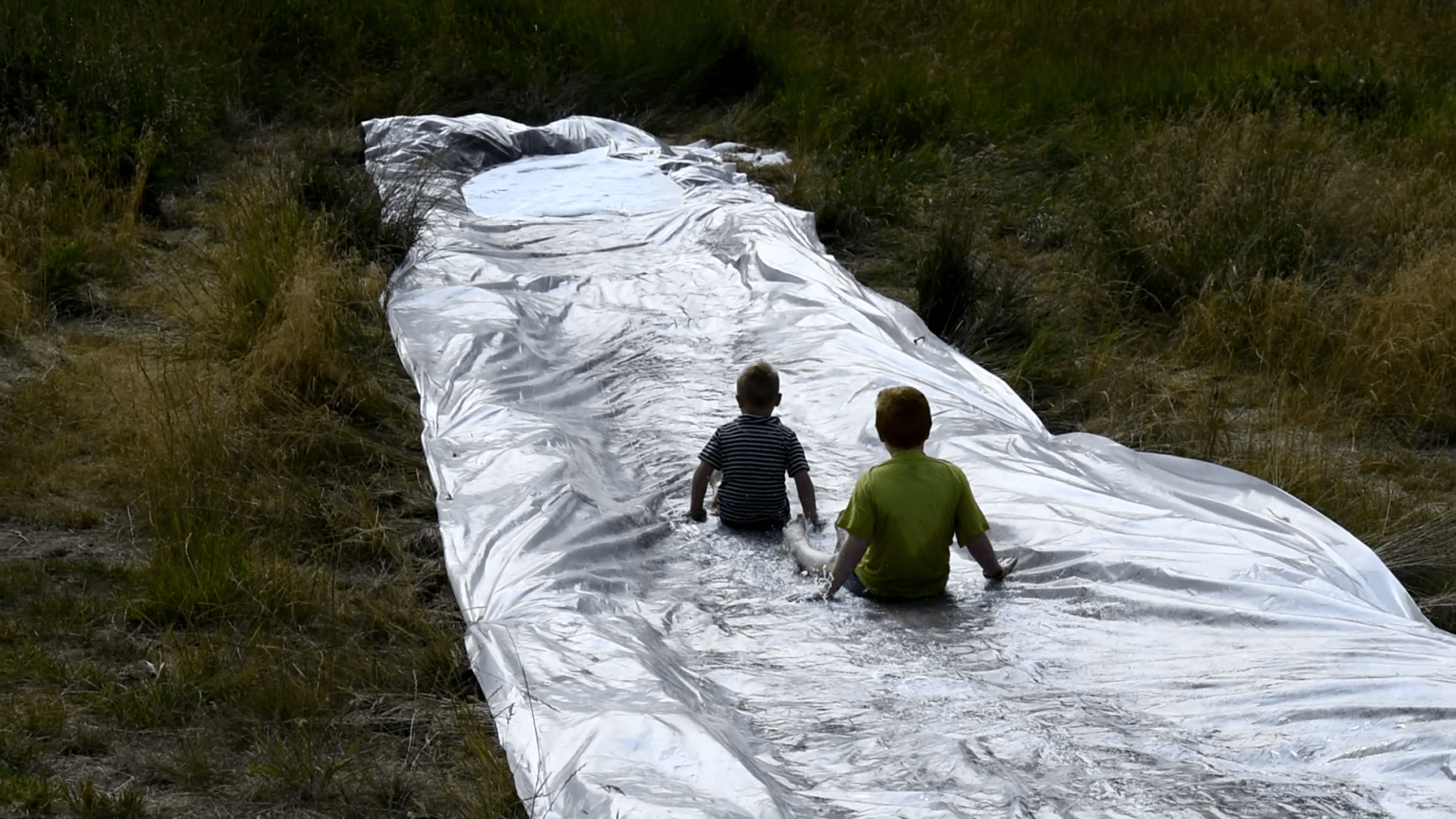 Diy Slip And Slide Keep Kids Entertained All Summer My Happy Simple Living Giant Slip And Slide Slip And Slide Kids Entertainment