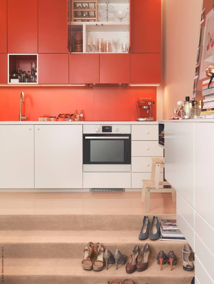 METOD kök med VEDDINGE vita luckor och lådfronter, FLÄDIE röda luckor, TUTEMO väggskåp.