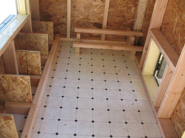 plancher en vinyl pour nettoyer pondoir l 39 int rieur pour pas que les oeufs g lent mais avec. Black Bedroom Furniture Sets. Home Design Ideas