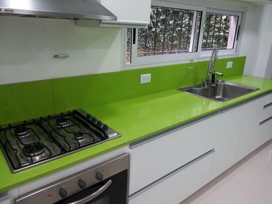 Mesa cocina en Silestone Verde Fun con alzada alta para evitar el ...