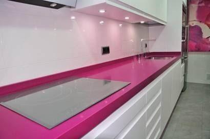 cocinas cocina moderna modelo lisboa seda con encimera de silestone color fucsia