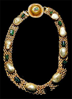 Necklace set with pearls and emeralds from Pompeii.
