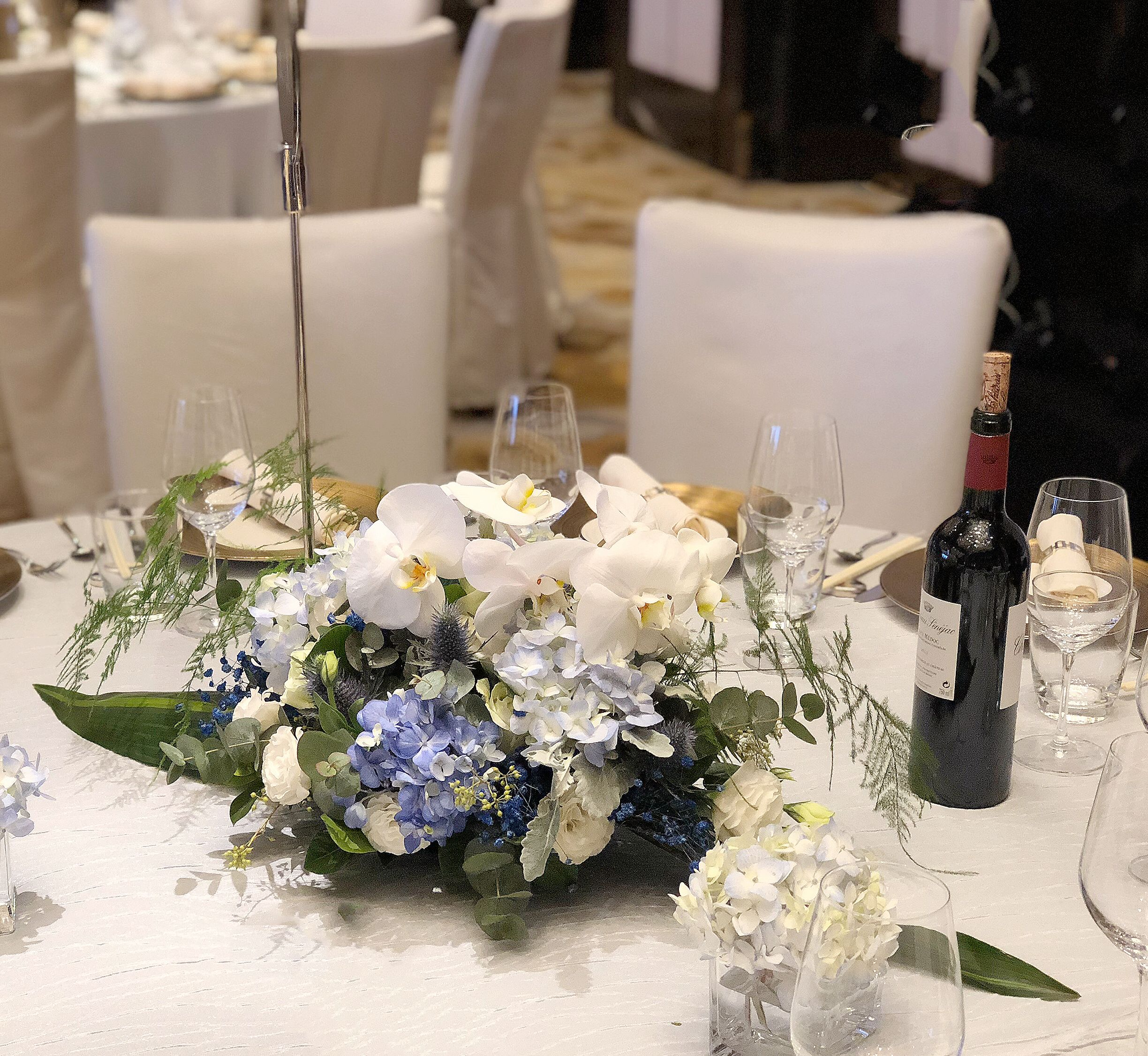 White Orchid Rose Blue Hydrangea Table Arrangement Flower Arrangement Wedding Party Banquet Hochzeit Blumenarrangements Blumenarrangements Tischarrangements
