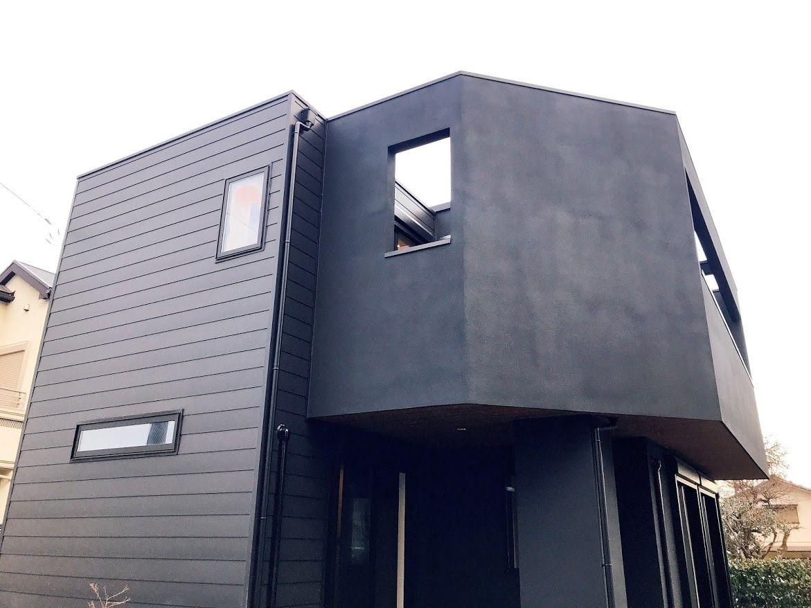 世田谷区にある 黒 白 木 素材感を生かしたモノトーンコーデの家の