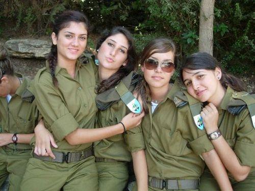 Tentara wanita israel pajang foto