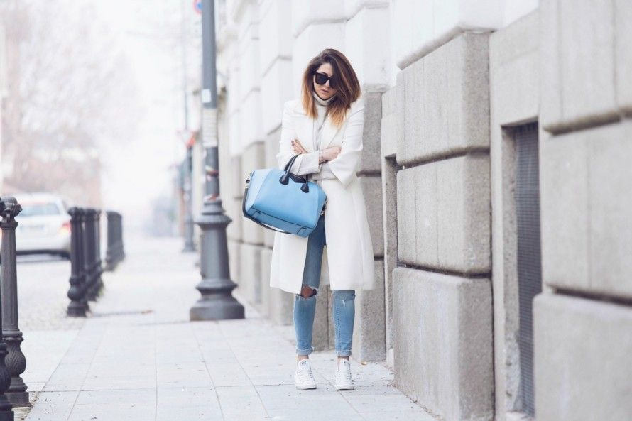 WHITE & LIGHT BLUE OUTFIT | Abiti blu, Cappotti bianchi