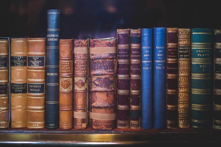 フリー写真 並んだ図書館の古い本でアハ体験 Gahag 著作権フリー写真 イラスト素材集 図書館 イラスト フリー素材 写真 本