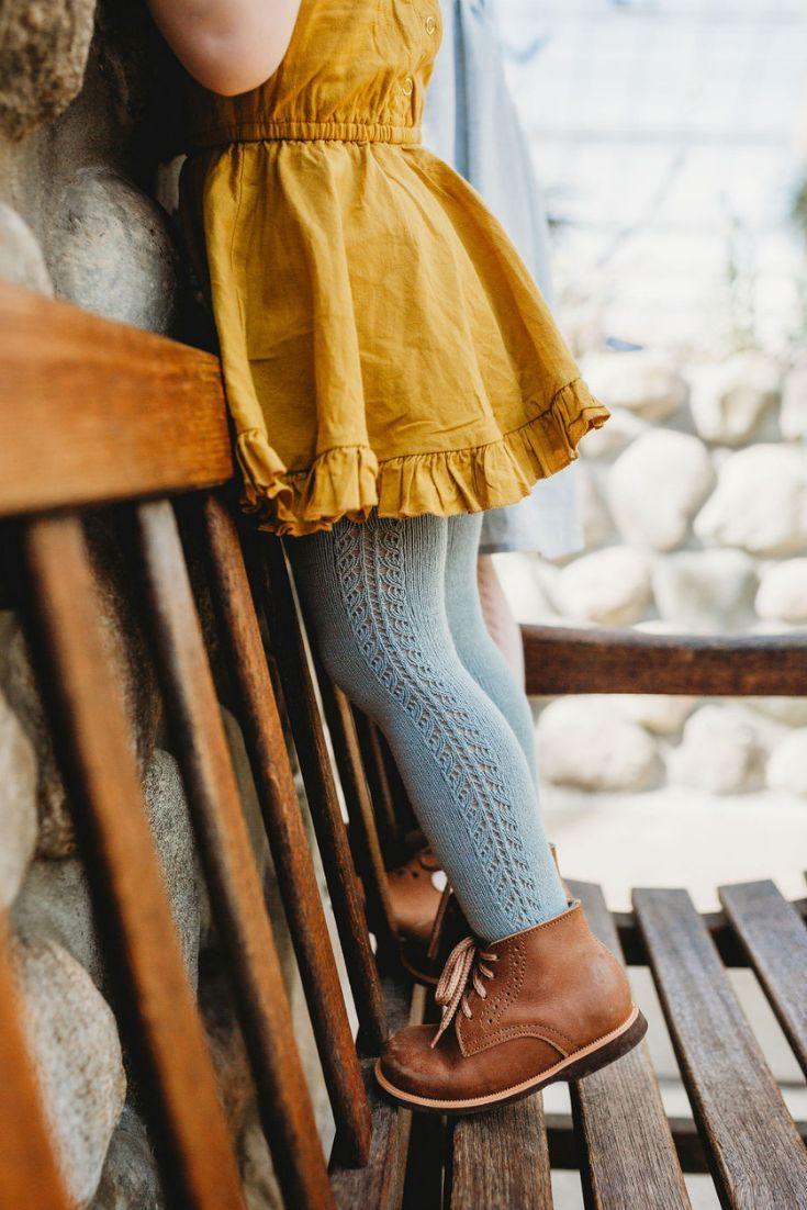 Photo of Die handgefertigten Lederstiefel von Adelisa & Cobalt zu Händen …