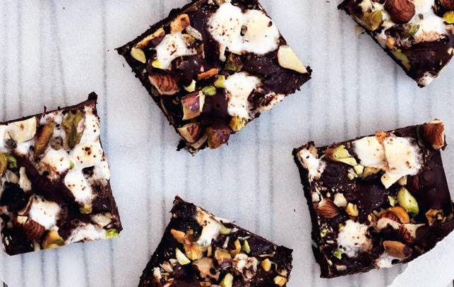 Chokoladekage med nødder og skumfiduser - Boligliv - ALT.dk