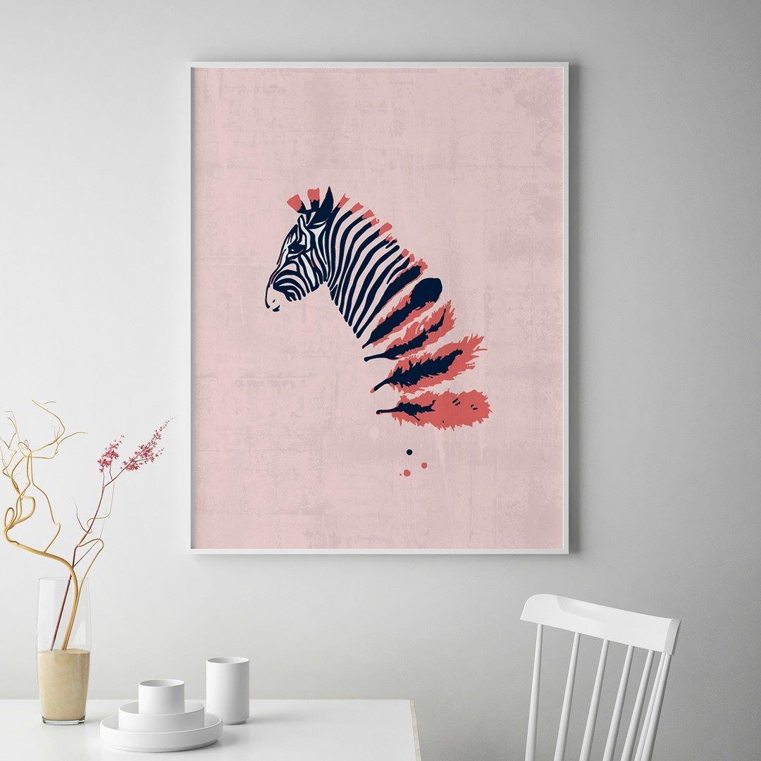 Z for Zebra er en del av våre nye kolleksjon som passer inn i skandinaviske hjem. Trykket er produsert i et svært begrenset opplag på 100 stykker. Plakaten kan kjøpes på Gallerome.no for kr 690- ink. frakt og 30-dagers returrett.