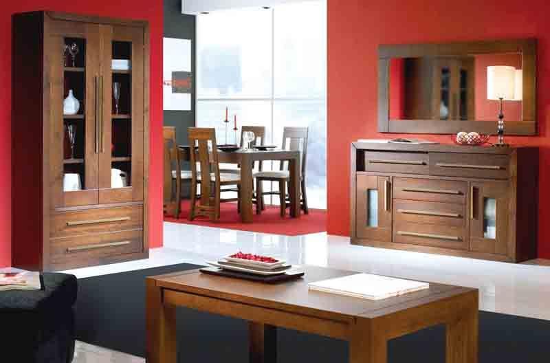 Combinación muebles en tono nogal, con pared roja Vía tudecora