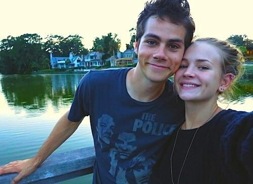 dylan o'brien, britt robertson, and couple afbeelding