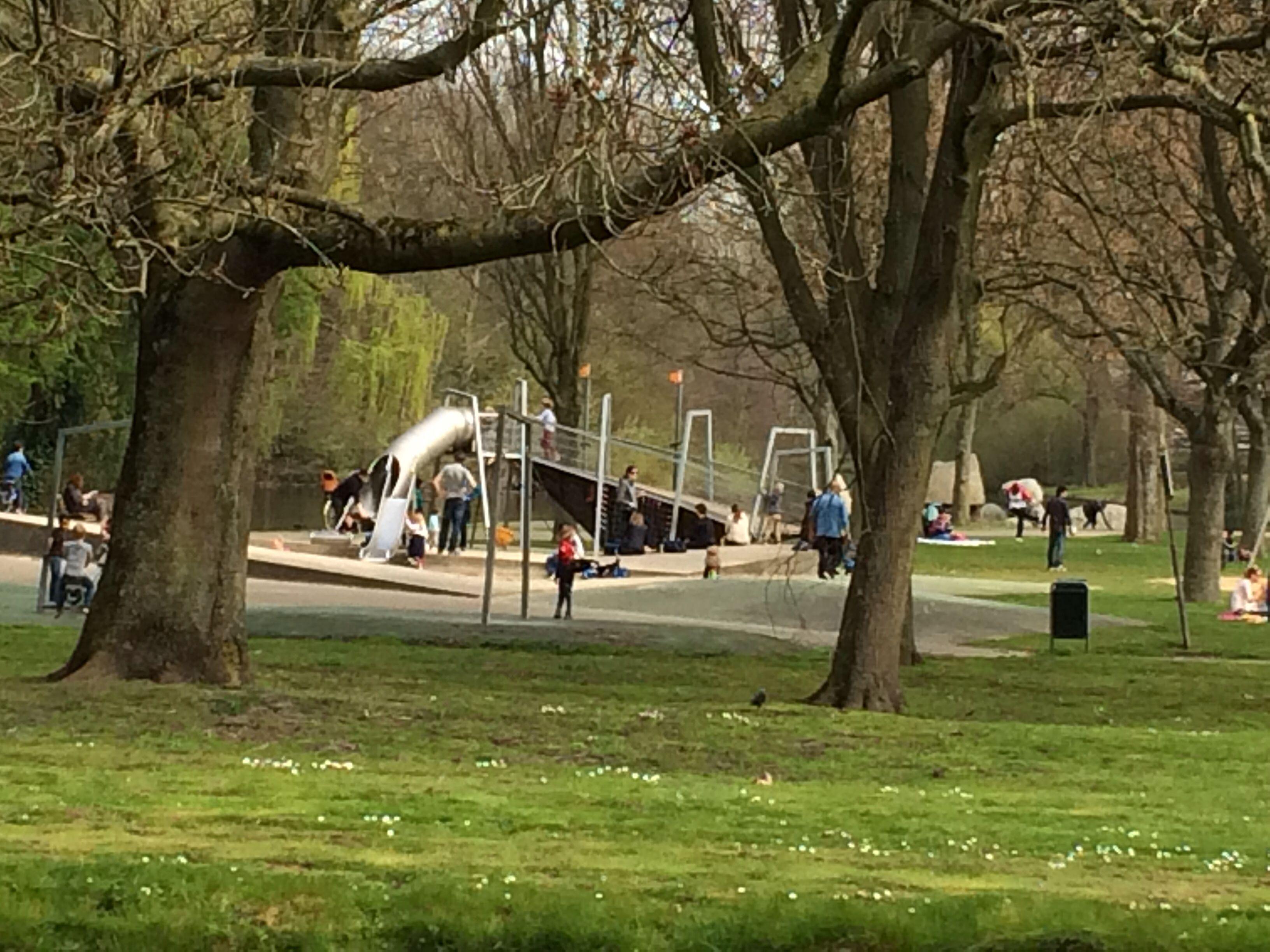 Mooie speeltuin in park overbosch eenvoudig te bereiken via de