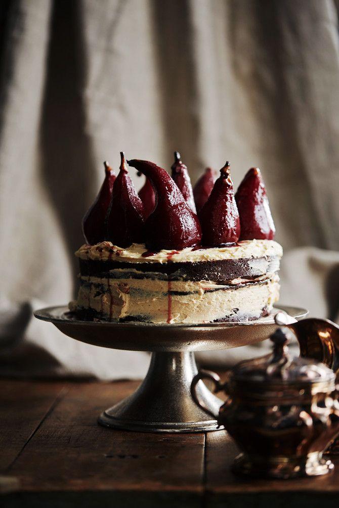 Punaviini-suklaakakku on kakku aikuiseen makuun. Se yhdistää tummaa suklaata, espressoa ja makean täyteläistä punaviinisiirappia. Kruununsa kakku saa punav
