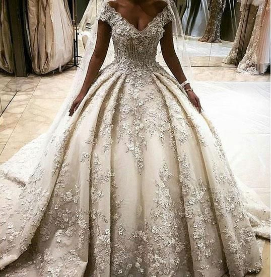 2016 Luxurious Ball Gown Wedding Dresses Dubai Deep Lace V Neck
