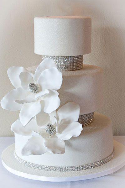 GORGEOUS!!!!  Crystal cake ดอกไม้ สัญลักษณ์ของความโชคดี และความเจริญรุ่งเรืองสำหรับคู่บ่าวสาว ซึ่งลักษณะของเค้กแต่งงานที่ดีจะต้องมีเนื้อแน่นสามารถรับน้ำหนักของชั้นเค้กที่ตกแต่งอย่างสวยงามได้และที่สำคัญยังต้องรับประทานได้และอร่อยอีกด้วย