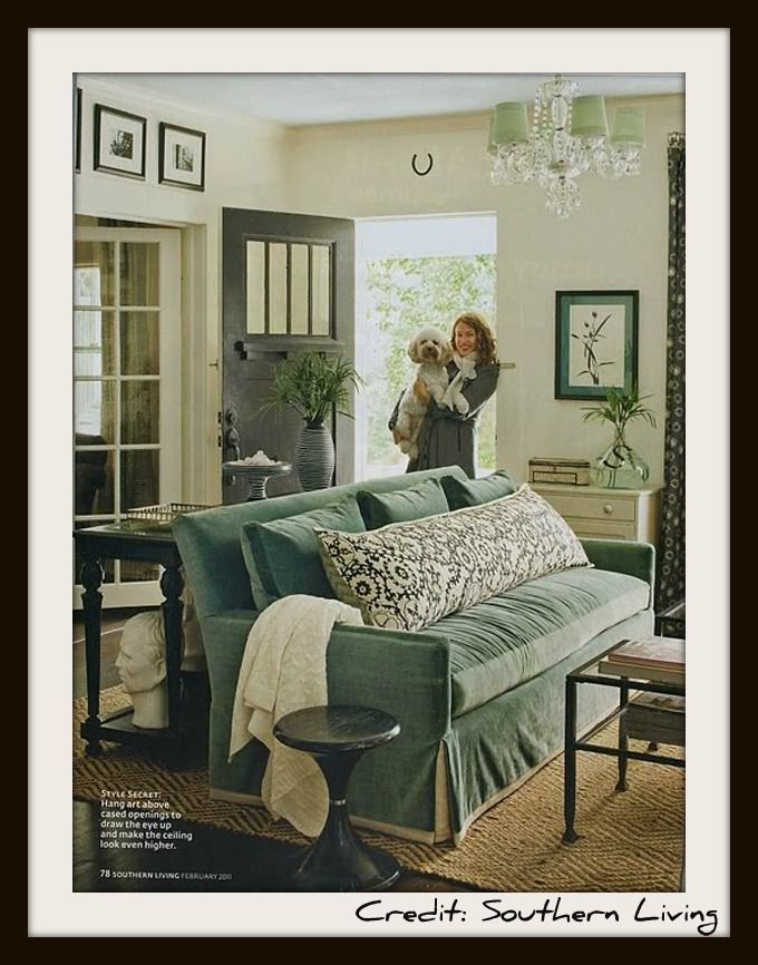 Türkises Sofa in einem schwarz-weiß dekorierten Zimmer Passt doch
