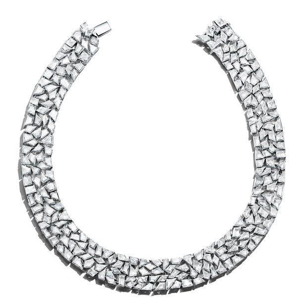 8602ab33e29 Uma das principais joias da coleção é o colar formado por um quebra-cabeça  de 237 diamantes (Foto  Divulgação)