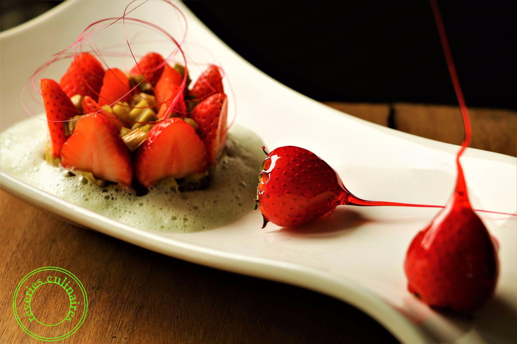 complicité de fraises et de rhubarbe sur mouuse de lait 3