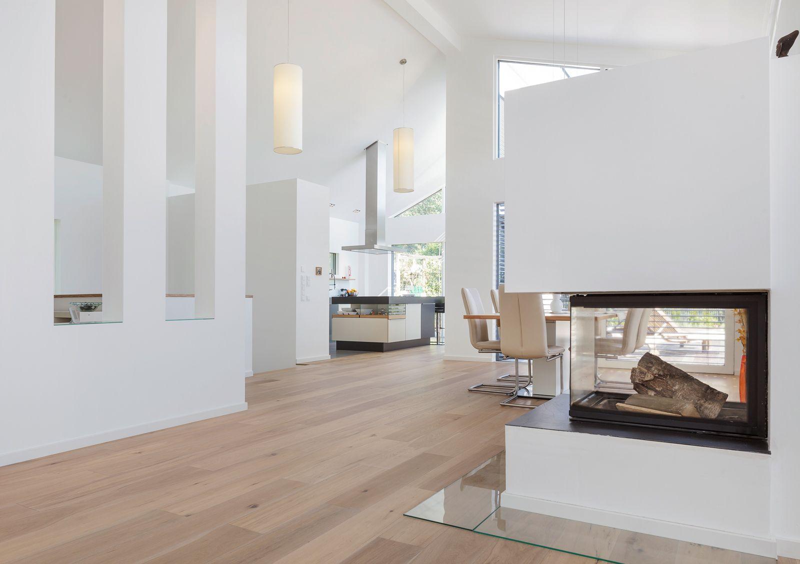 ein sehr modern in wei gehaltenes haus mit einem etwas zur ckversetzten kamin home. Black Bedroom Furniture Sets. Home Design Ideas