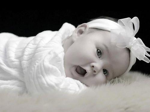 Bebe menina com laço na cabeça