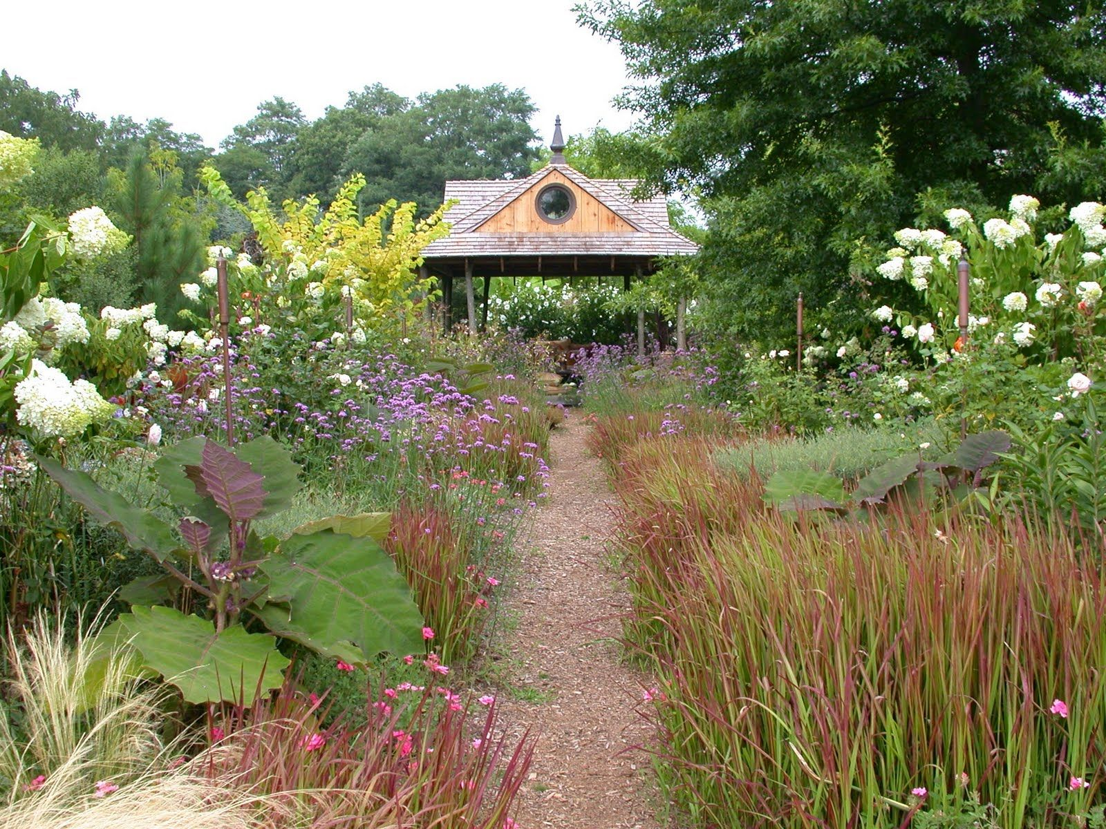 Peaceful garden grounded design by Thomas Rainer