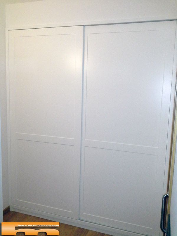 Armario empotrado a medida lacado con moldura proyecto de for Puerta corredera castorama armario a medida