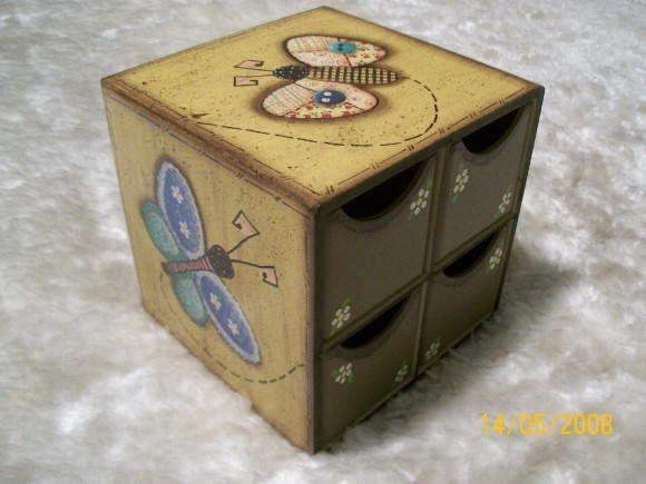 VENDIDO - Peça em MDF - gaveteiro decorado com pintura a mão estilo country e decoupage    OBS: é possivel colocar uma tampa com fecho na parte frontal caso desejado. R$ 65,00