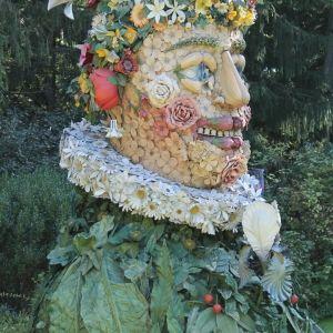 """En écho au spectacle des Carrières de Lumières « Bosch, Brueghel, Arcimboldo. Fantastique et merveilleux », 4 oeuvres monumentales de l'artiste contemporain et réalisateur Philip Haas sont présentées au Château. """"Les quatre saisons"""" sont des sculptures de plus de cinq mètres de haut, composées de végétaux, fruits et légumes de chaque saison, inspirées des tableaux de Giuseppe Arcimboldo."""