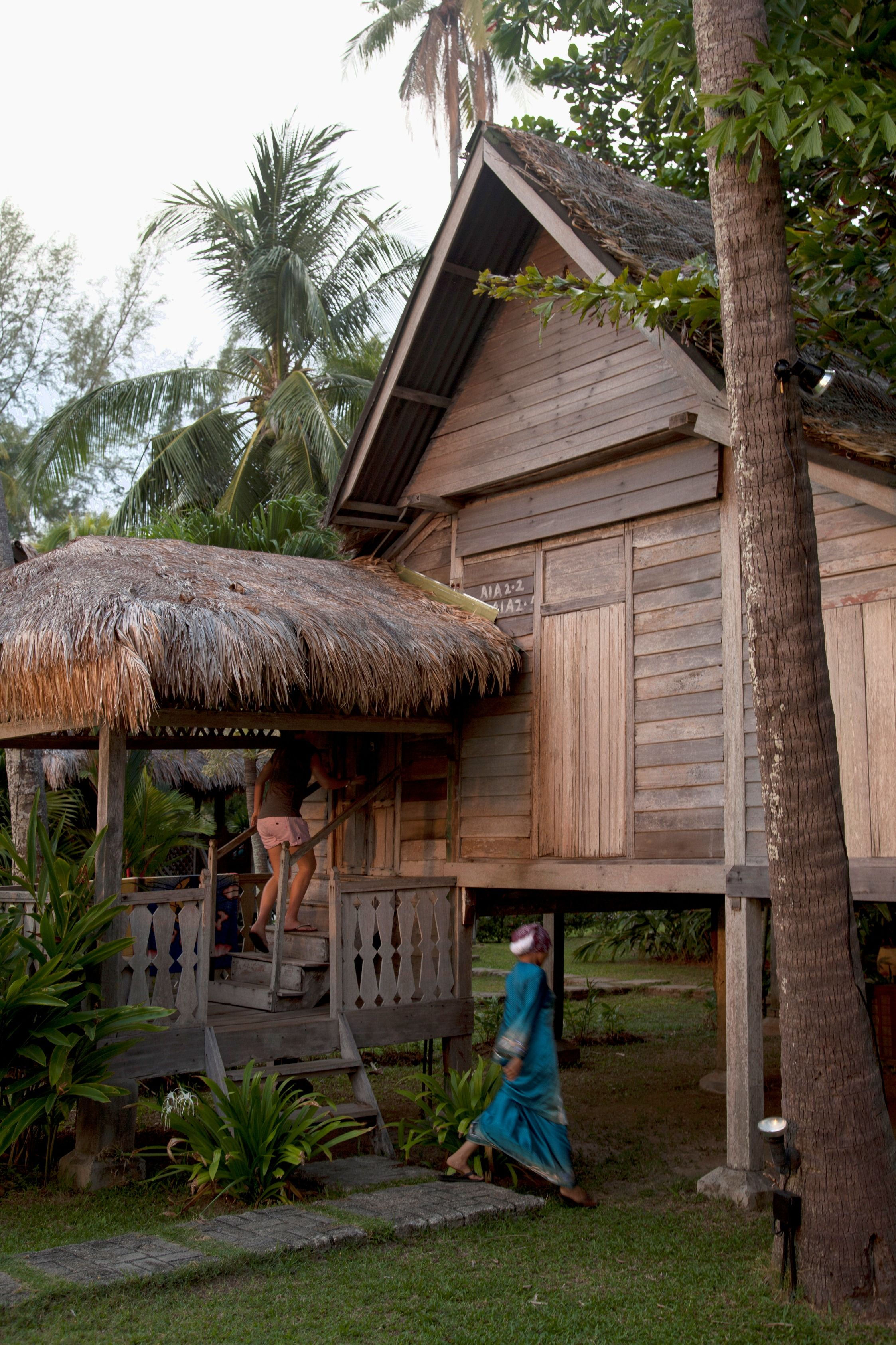 Interesting House Exterior Design In Kulai Malaysia: Pretty Awesome Tree House!!!! Traditional Malay Decor Of House BonTon Resort In Langkawi