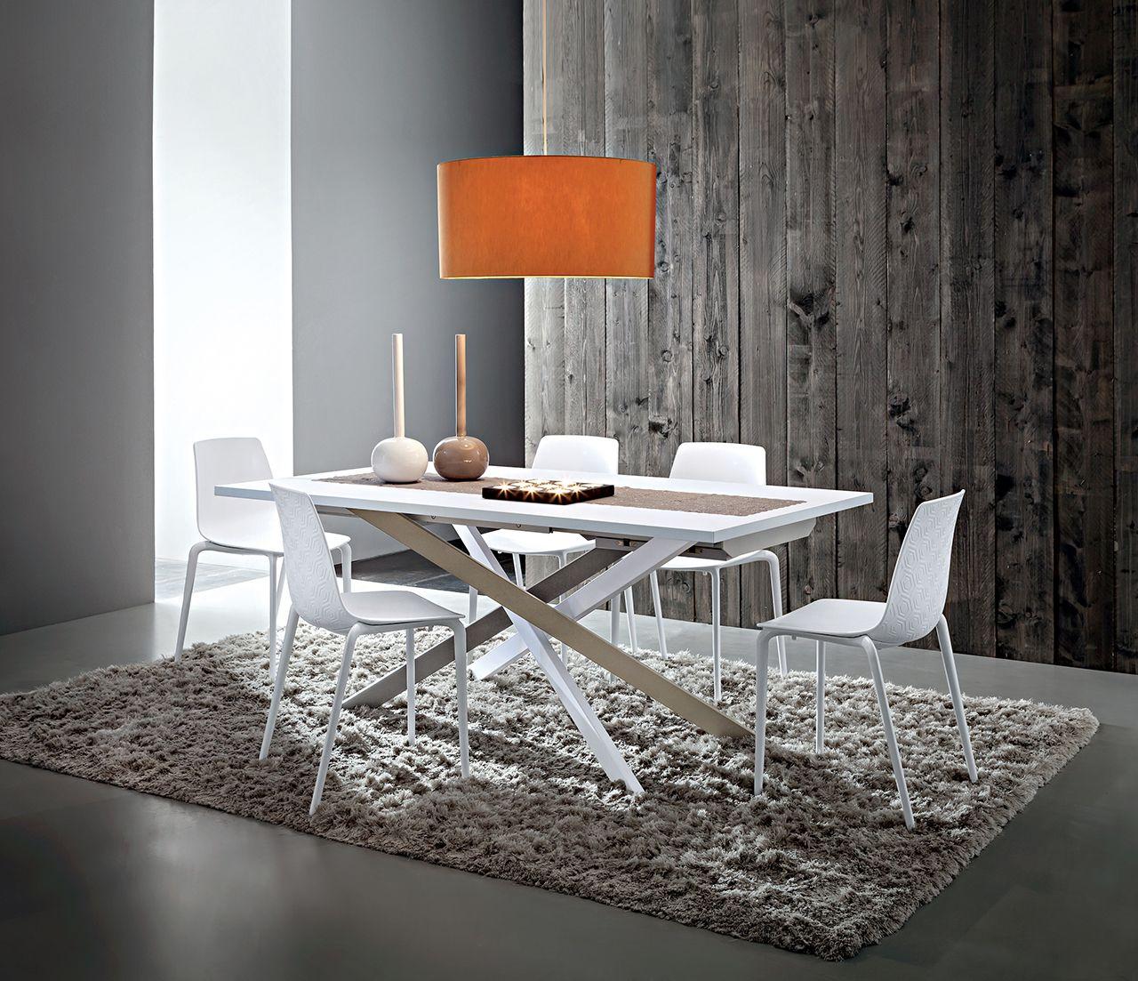#Tavolo dal design moderno con struttura in metallo ...