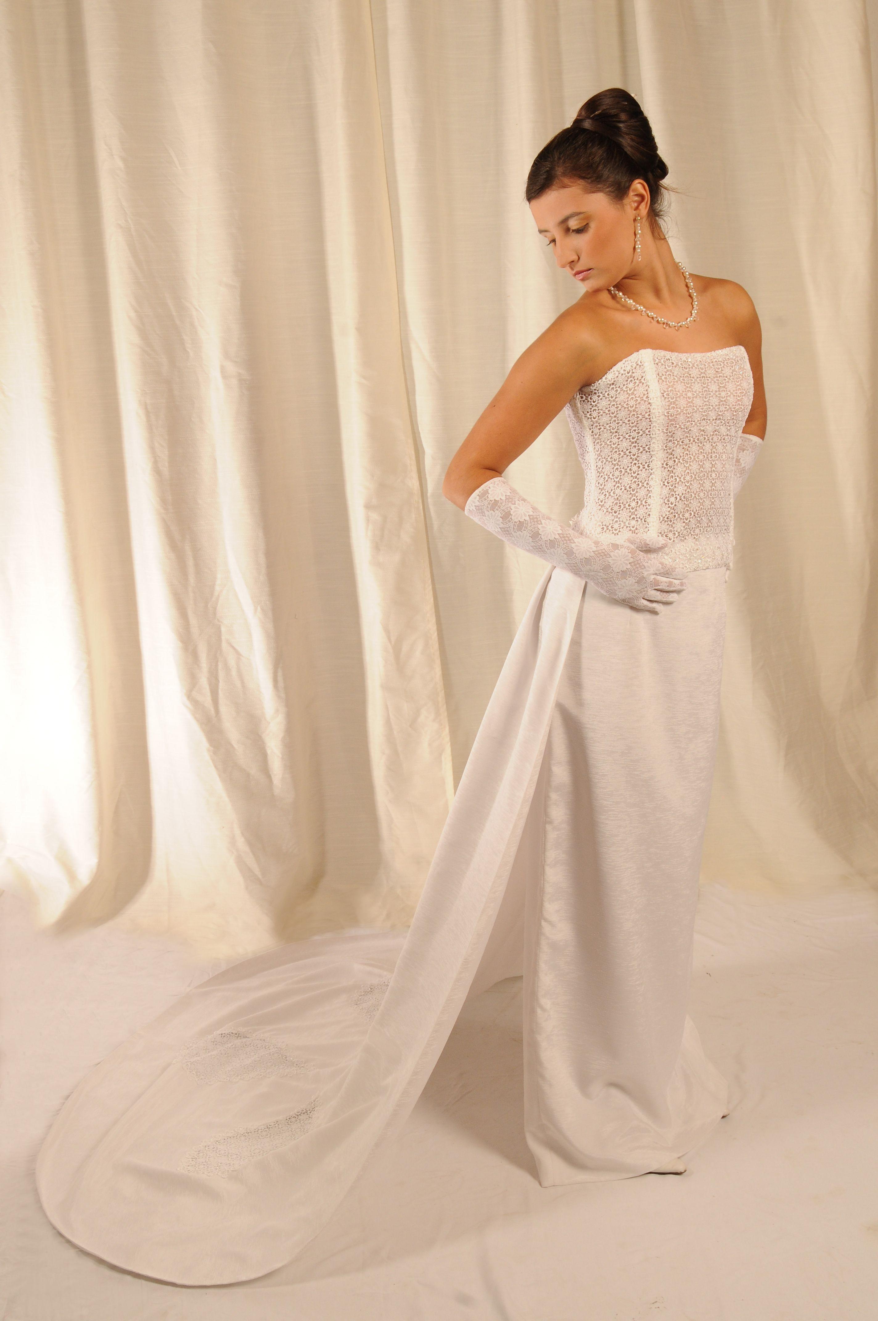 vestido de shantung de seda natura blanco con bustir en guipiure.