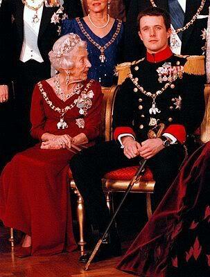 La Reina Ingrid y su nieto, el Príncipe Federico, que heredaría el juego de rubies. Al fallecer la Reina Ingrid en noviembre del año 2000, deja la tiara y el aderezo a su nieto, el Príncipe heredero Federico, para que siguiendo la tradición, los regale a la futura Princesa heredera.