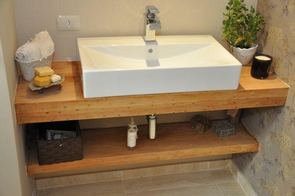 Lavabo com paredes em concreto aparente, bancada em madeira de - lavabos rusticos
