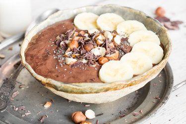 Schokoladen Smoothie Bowl mit Haselnüssen