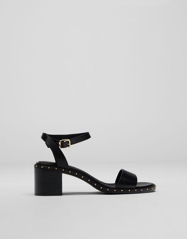 Sandale à talon moyen cloutée - Meilleures ventes ❤ - Chaussures - Femme -  PULL BEAR France 4837b9683644