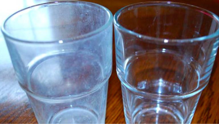 Une astuce simple pour emp cher que les verres ne ressortent blancs du lave vaisselle trucs et - Produit pour nettoyer les facades de maison ...