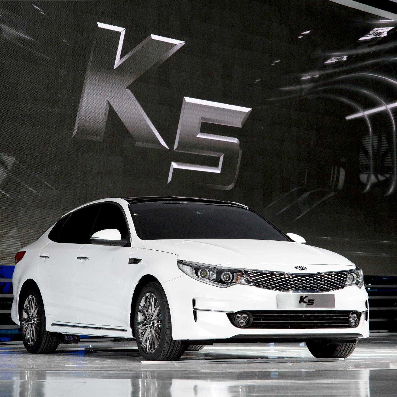 기아자동차가 2015서울모터쇼 프레스데이 행사에서 모던 스타일과 스포티 스타일의 듀얼 디자인으로 돌아온 '신형 K5'를 최초로 공개했습니다.  KIA Motors opens new K5 in the press day event of 2015 Seoul Motor show. New K5 came back with the dual design model ; a modern extreme style and sporty extreme style