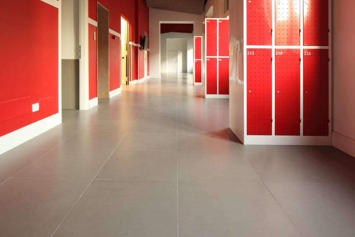 Red wall with MORE Iridium #tiles at #floor. http://www.caesar.it/piastrelle-per-spazi-pubblici-6/progetto-2750.jsp