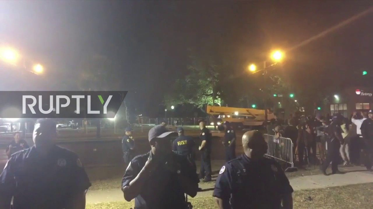 USA: New Orleans rips down disputed Confederate monument amid rival prot...