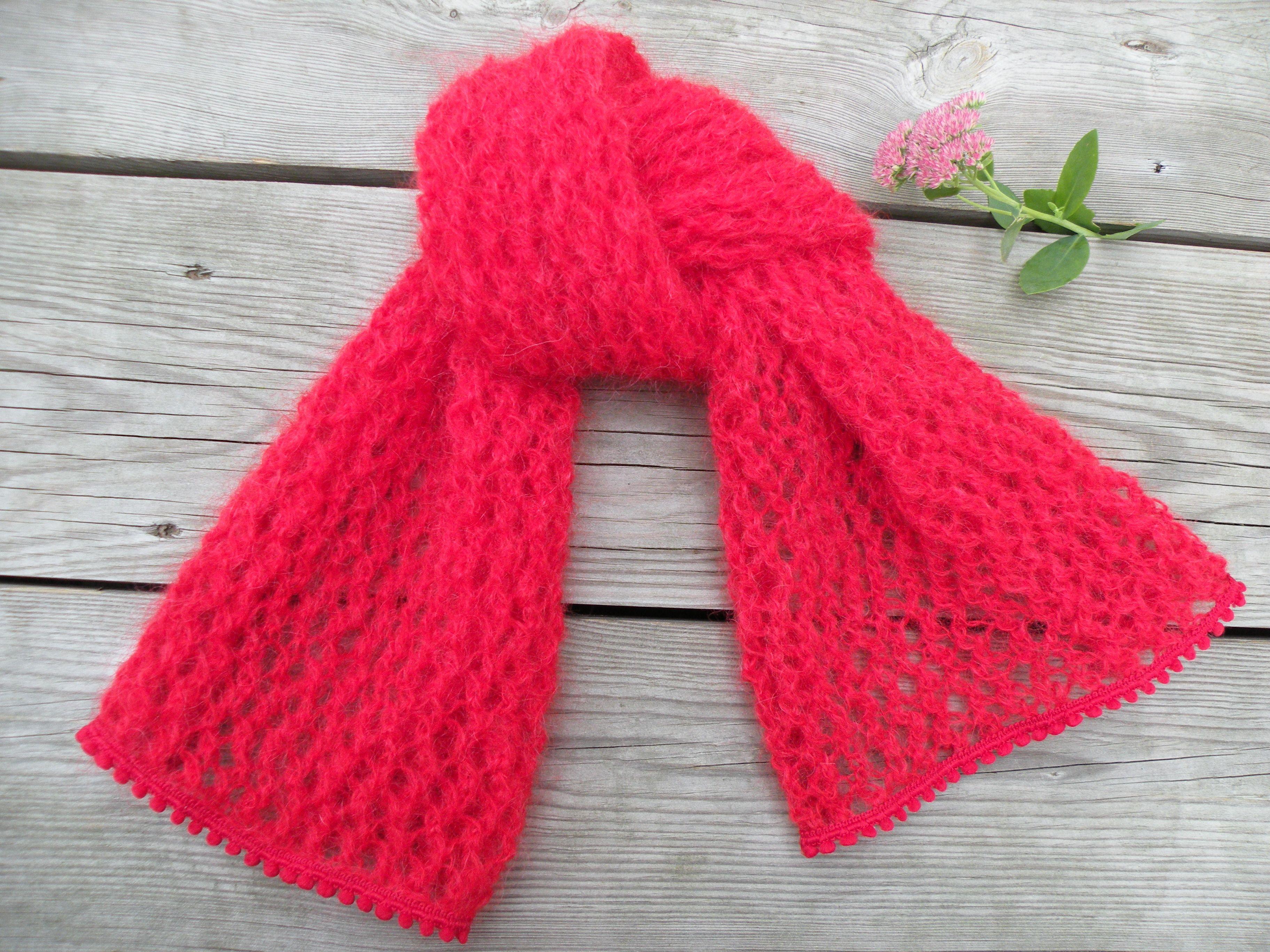 Echarpe mohair tricotée dans un beau fil rouge avec des aiguilles à tricoter  numéro 6 et réalisée avec un beau point ajouré. Echarpe mosseuse bordée  d un ... 7e7e254d533