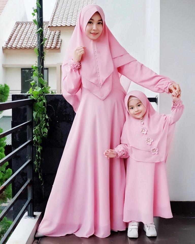 37 Model Gamis Couple Ibu Dan Anak Perempuan Terbaru 2020 Dengan Gambar Gaun Bayi Perempuan Gaya Abaya Pakaian Gadis