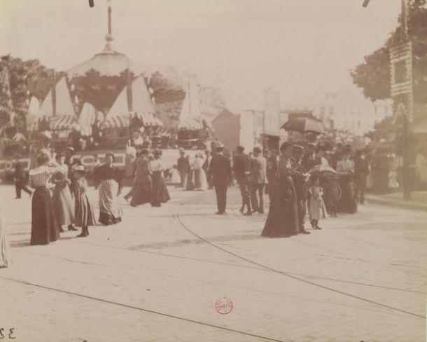 (Fête des Invalides 1900). Photographe : Atget