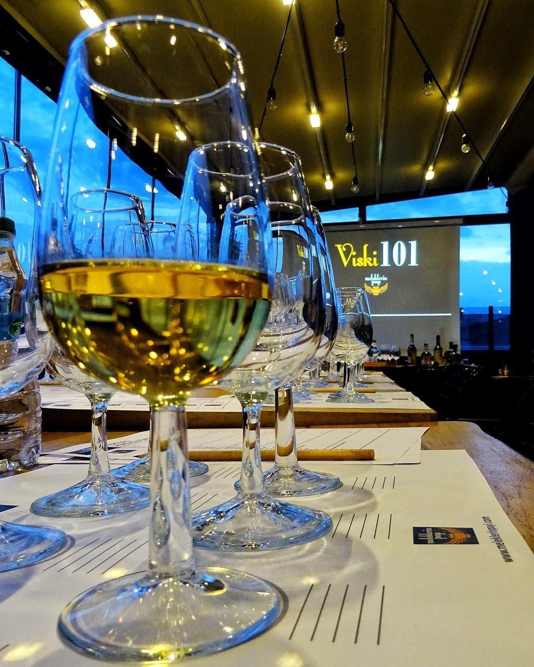 """8 Mart Dünya Kadınlar Günü'nde @subkarakoy Hotel'de gerçekleştirdiğim Viski 101 atölyemde viski kültürünün temellerini konuştuk ve tamamen farklı tat ve koku profillerine sahip 7 viski tadarak bir kez daha """"bütün viskiler aynı değilmiş"""" dedirtmeyi başardık Gecenin açılışını hem Speyside tek maltlarının başarılı bir temsilcisi olan hem de bir kadının damıtımcı ve damıtımevi müdürü olduğu ilk damıtımevi olan Cardhu Damıtımevinin Cardhu 12 ekspresyonuyla açtık. Sauternes şarap fıçılarında bitiş…"""