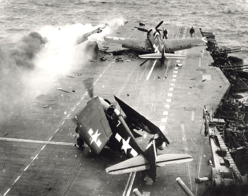 Un avión kamikaze japonés acaba de golpear la cubierta del portaaviones estadounidense Saratoga el 21 de febrero de 1945.