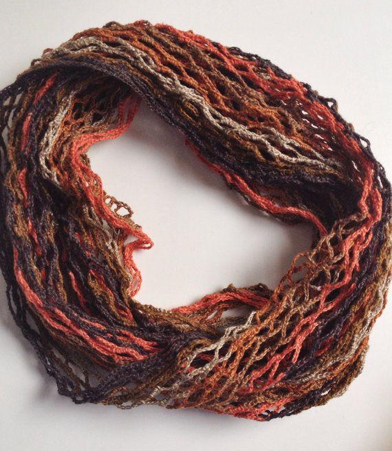 Este lindo cachecol gola foi cuidadosamente crochetado em fio de linho. As suas cores são flamejantes, que dá ao conjunto um bonito efeito. As suas dimensões permitem o seu uso à volta do pescoço ou como uma fita para o cabelo.    Materiais: fio 100% linho    Dimensões aproximadas (quando aberto): 27 cm x 42 cm